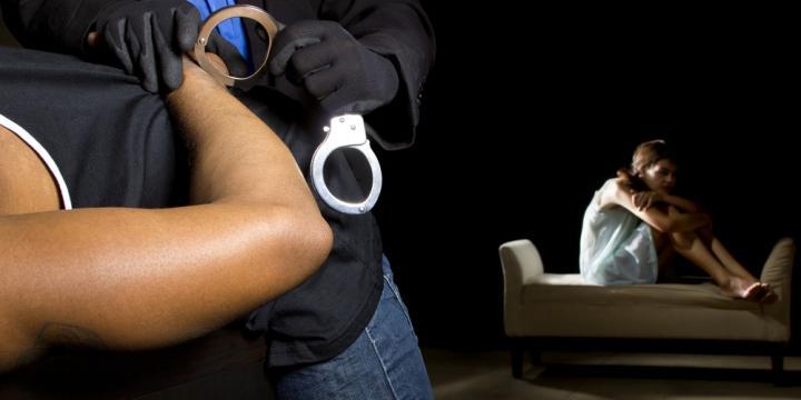 強制わいせつ罪・準強制わいせつ罪の懲役の刑期と逮捕・勾留・起訴の流れや対処法