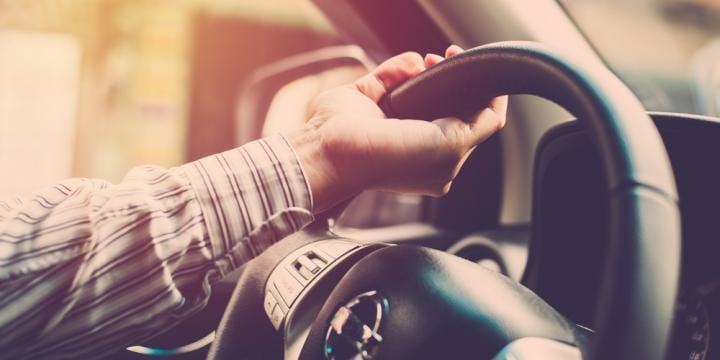 無免許運転やその幇助に対する罰金や懲役と逮捕・裁判の流れ