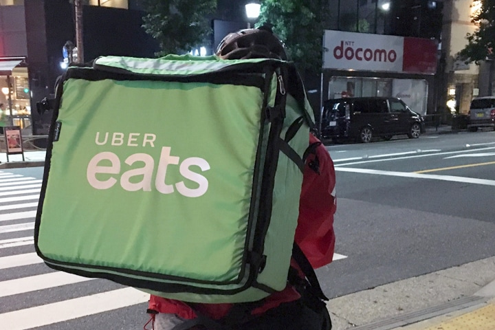 Uber Eatsの配達員(2018年、弁護士ドットコム撮影)