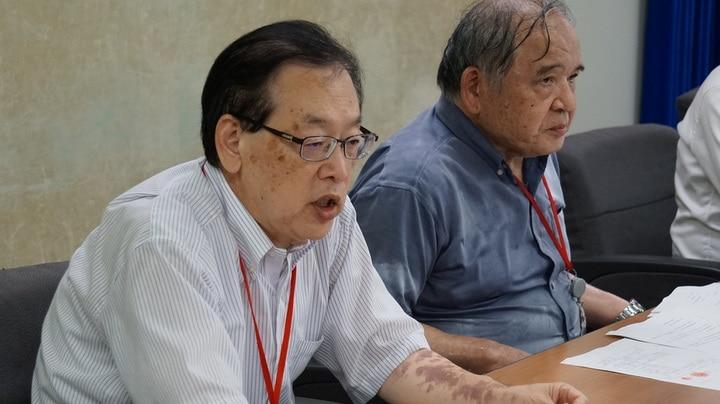 会見した勝木書記長(左)と鷲見賢一郎弁護士
