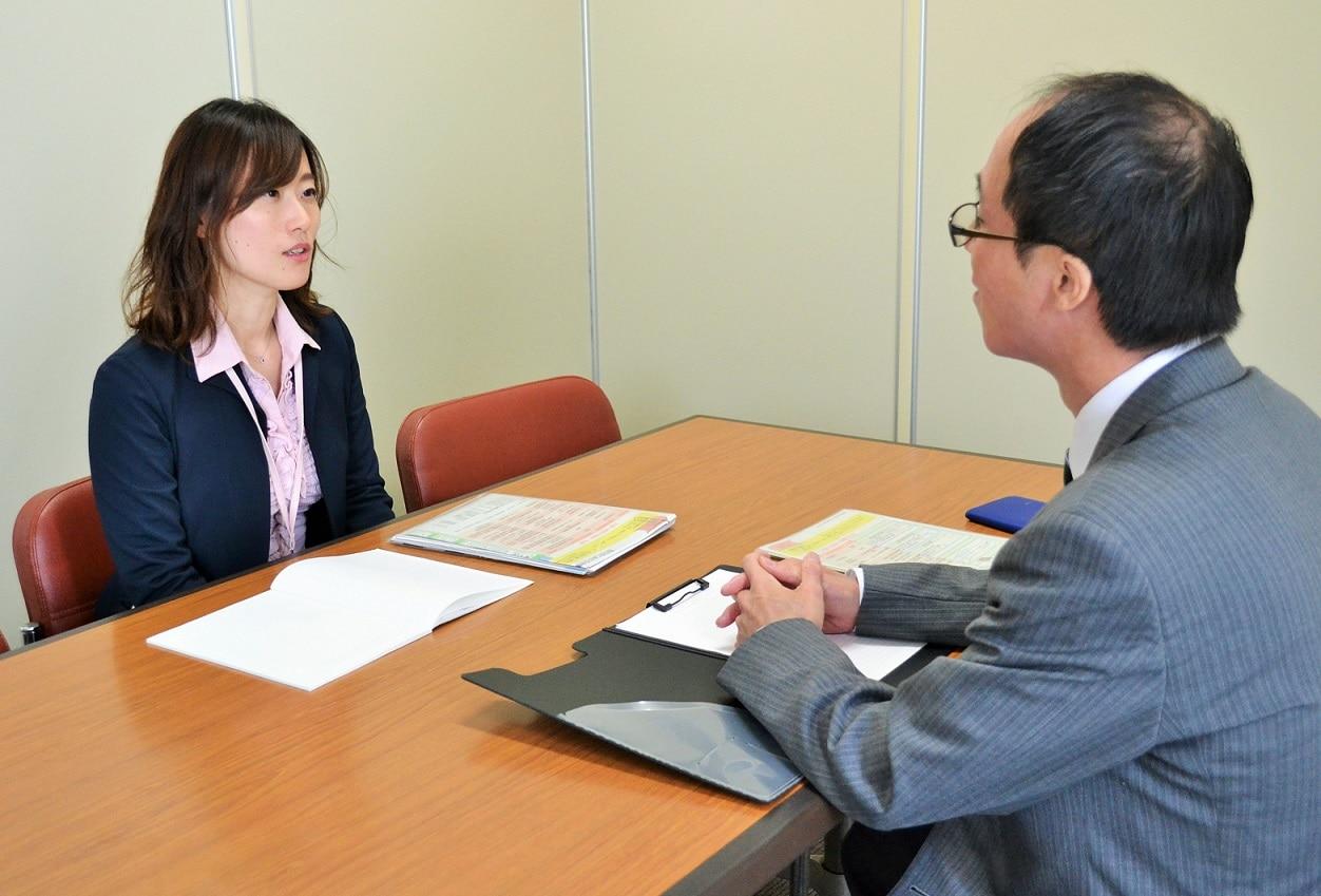 能登さんと打ち合わせをする市民相談室課長の村山由希子さん(左)