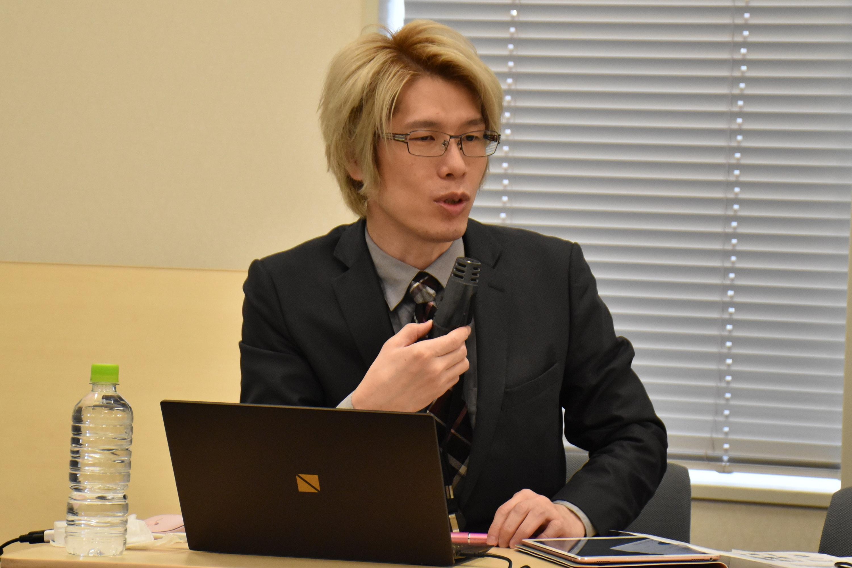 集会に参加した内田准教授