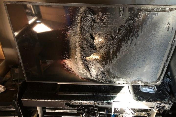 火災のダメージを受けたテレビ(原告提供)