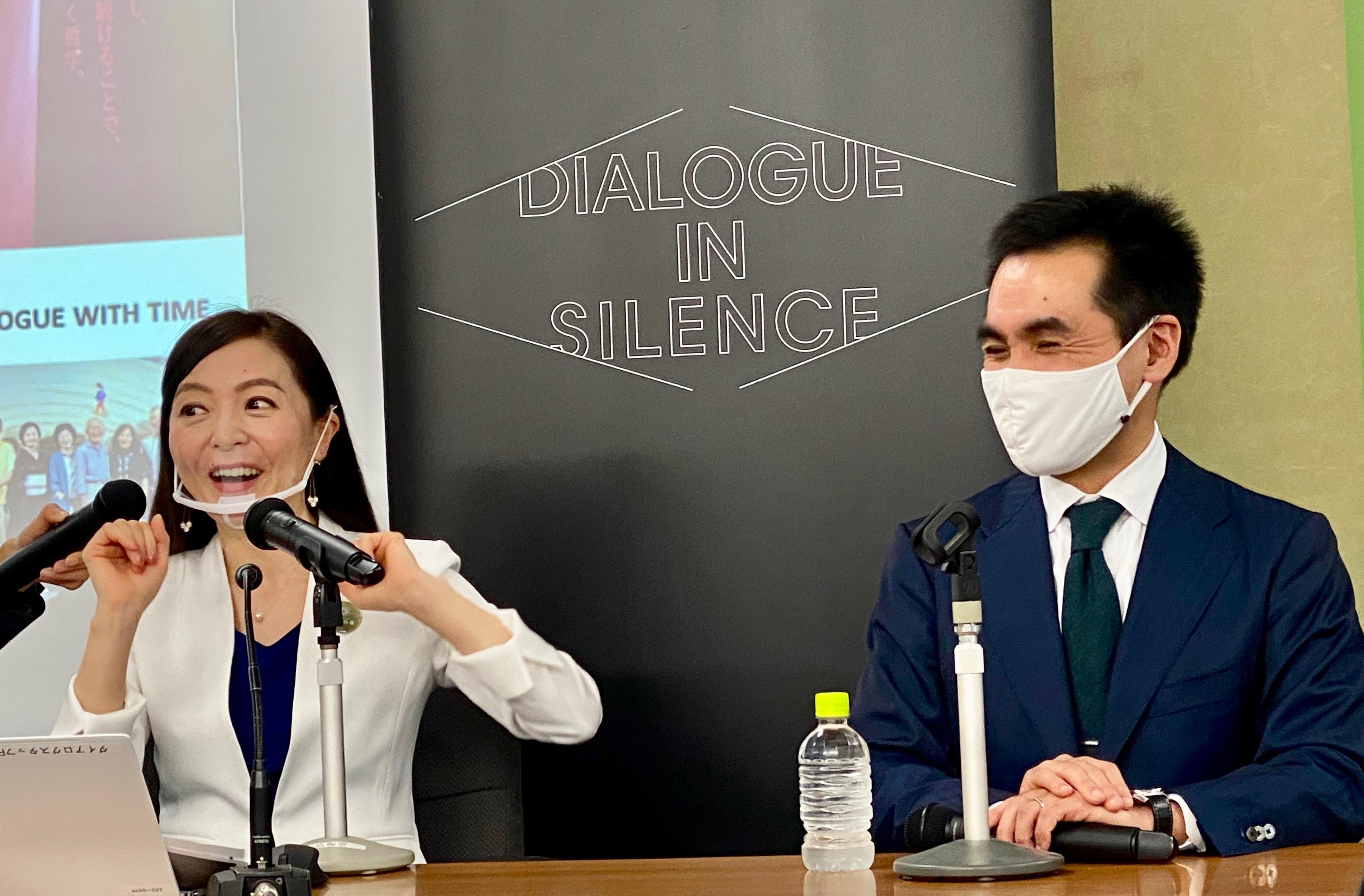 顔のパーツを大きく動かして「マスクでも伝わる笑顔」を実演する松森さん。大胡田弁護士も笑顔