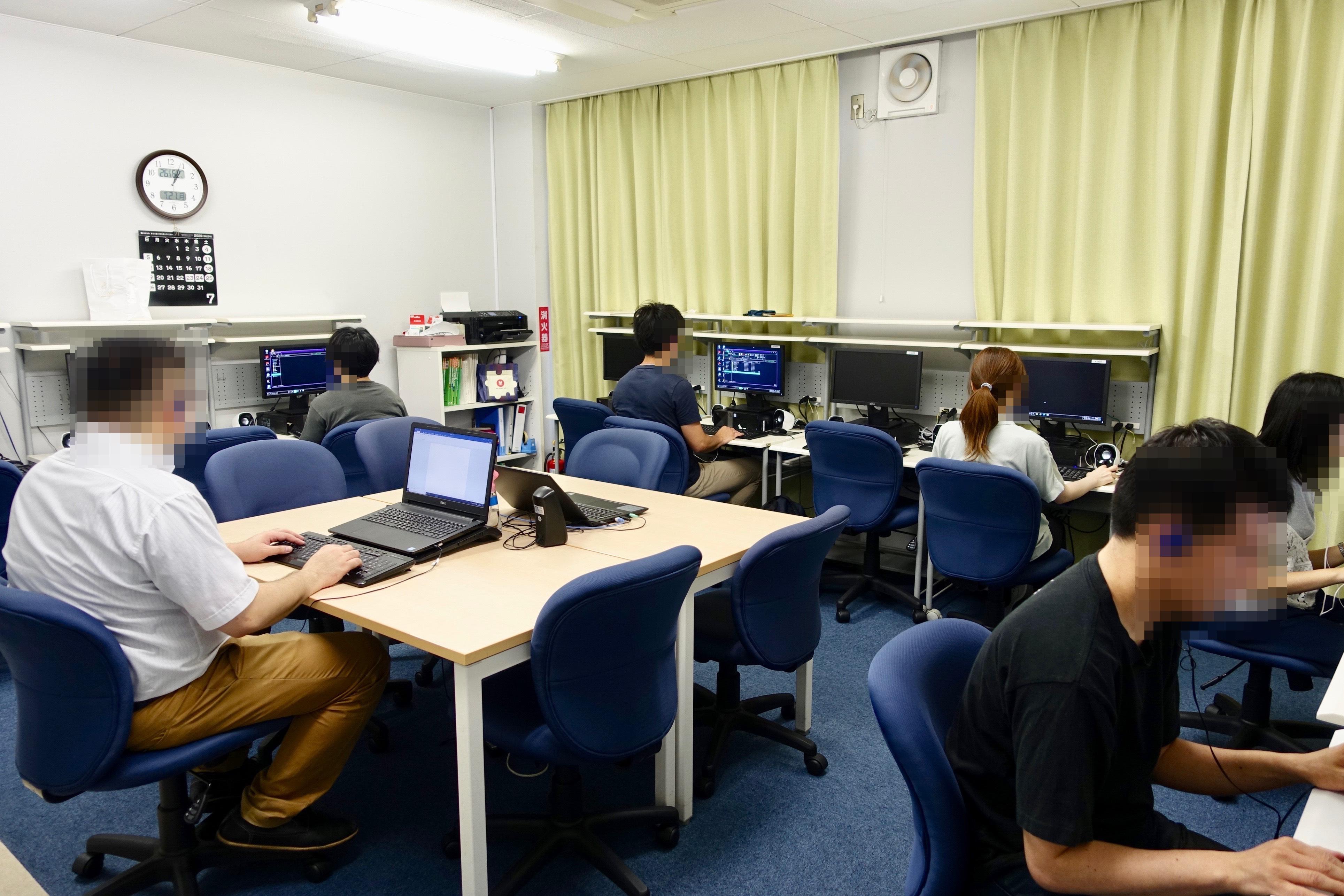 職能開発センター。音声ソフトを用いた、実務に必要とされる高度なPCスキルを習得するための職業訓練を受けている(2020年夏撮影、センター提供、加工は編集部)