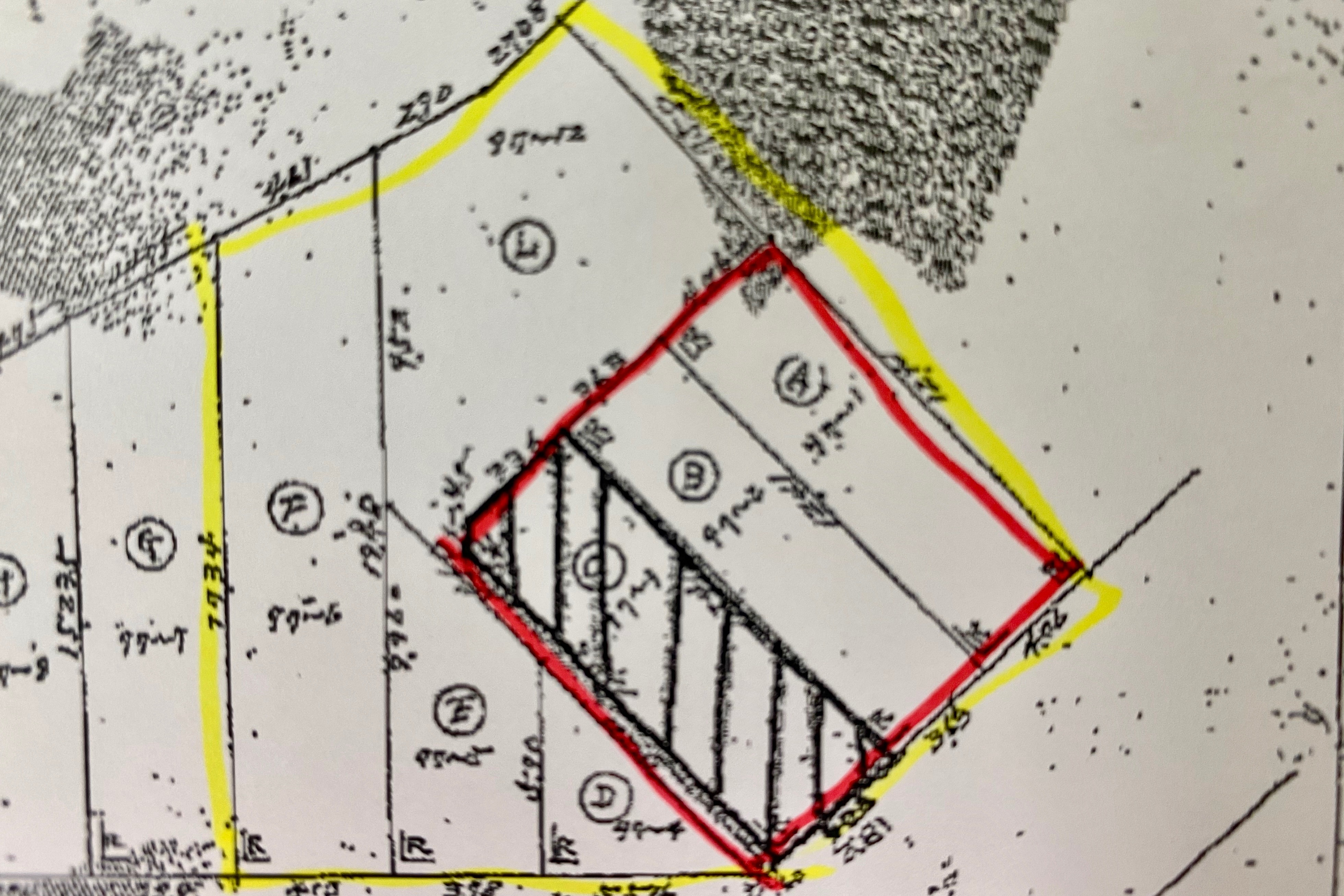 黄線は不動産会社が購入した土地。赤線は建物がたつ土地(裁判資料から、マークは編集部)