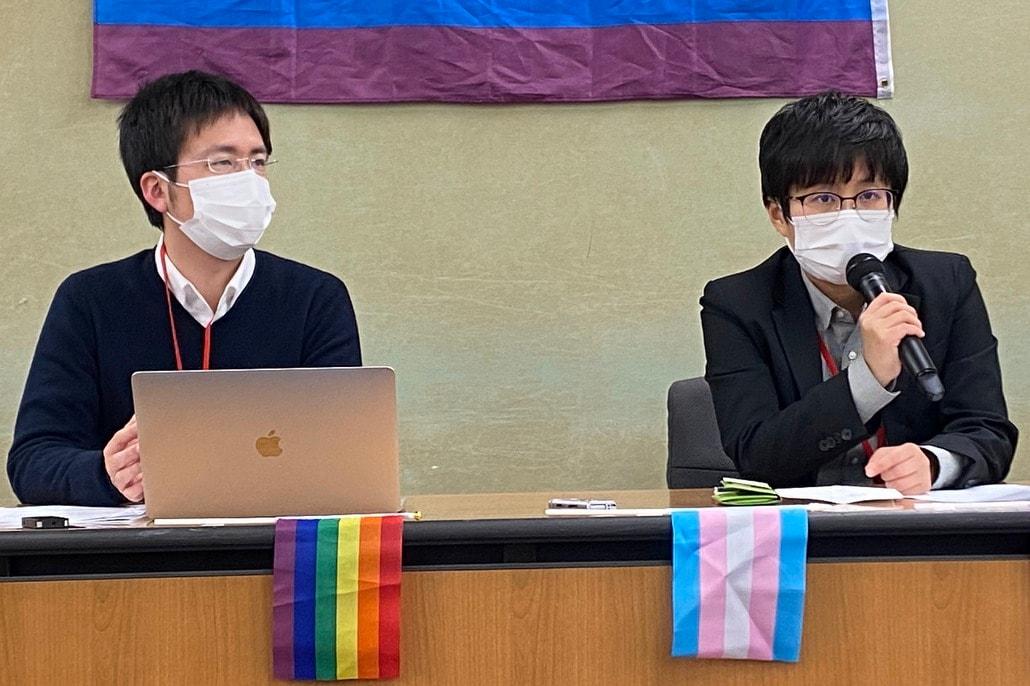 会見に同席した佐藤さん(左)と遠藤さん