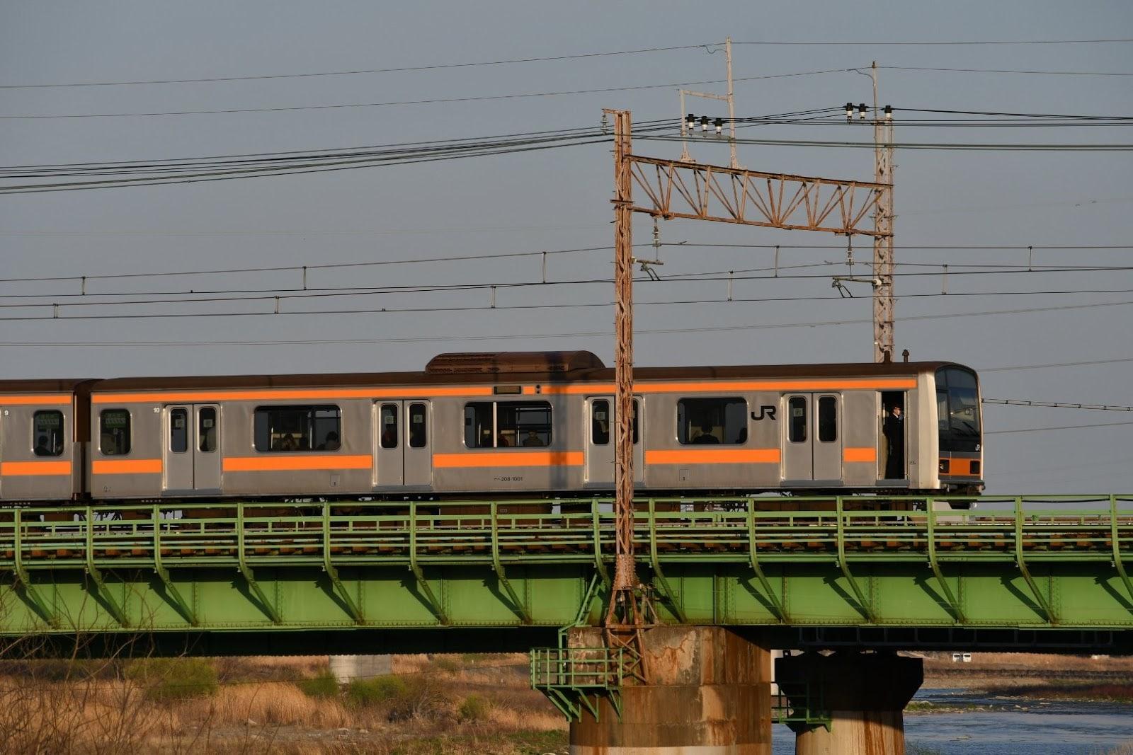 撮り鉄の立ち入りで停車したJR中央線の電車(3月24日、撮影:もりりんさん)