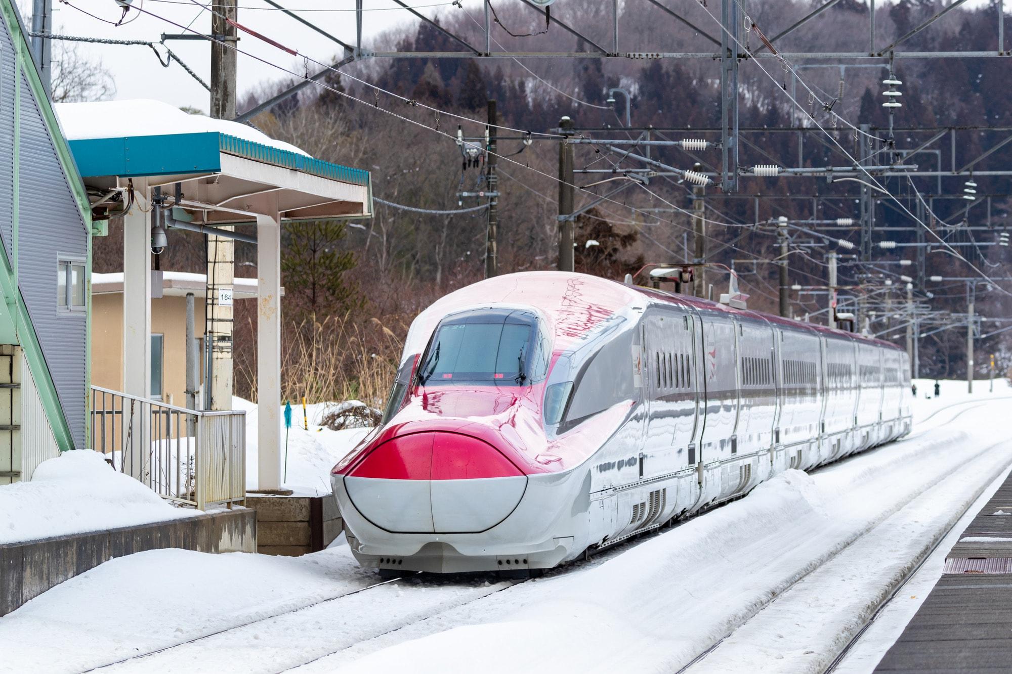 秋田新幹線こまち、E6系(Yoshi / PIXTA)