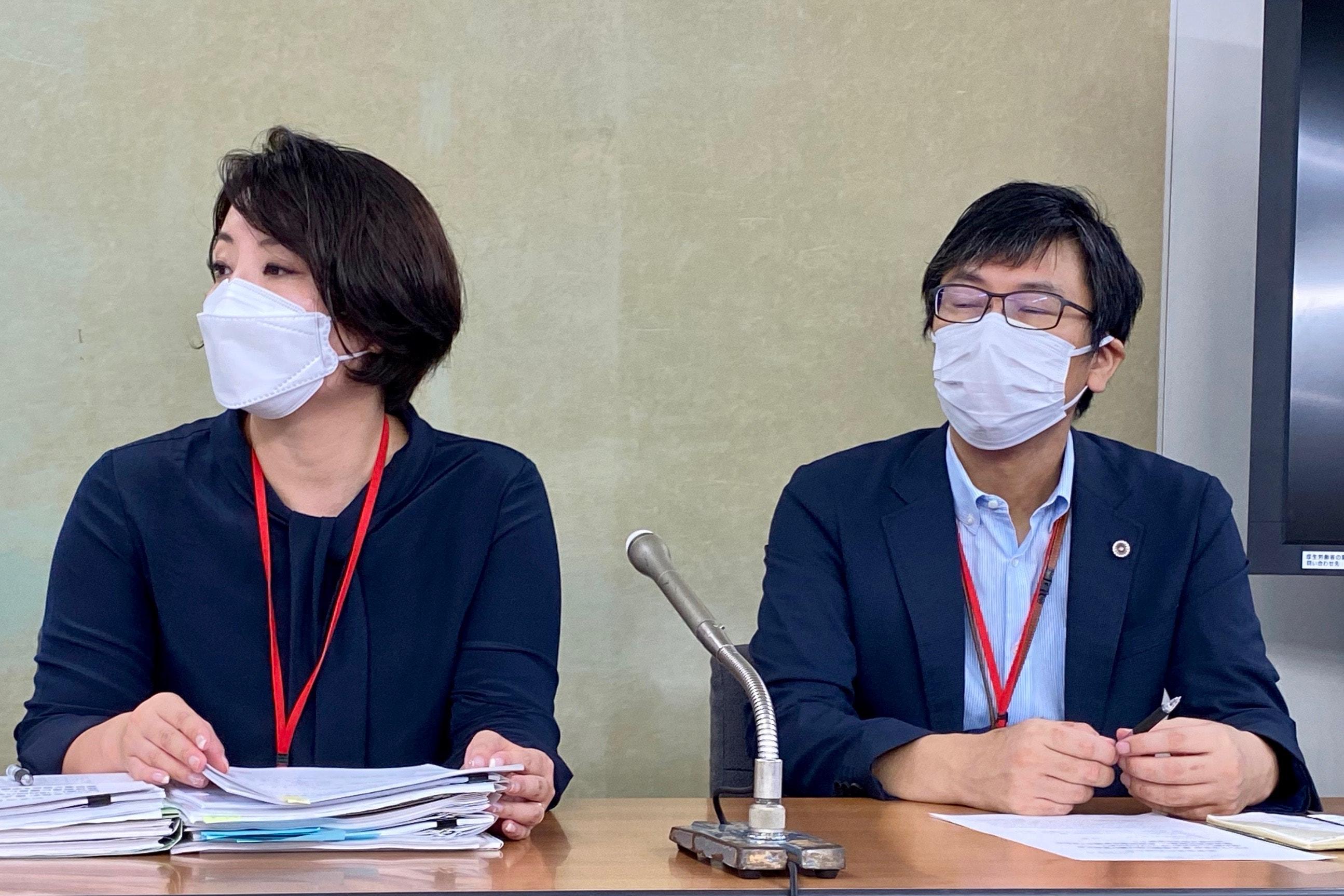 女性の代理人の小野山弁護士(左)、佐々木弁護士